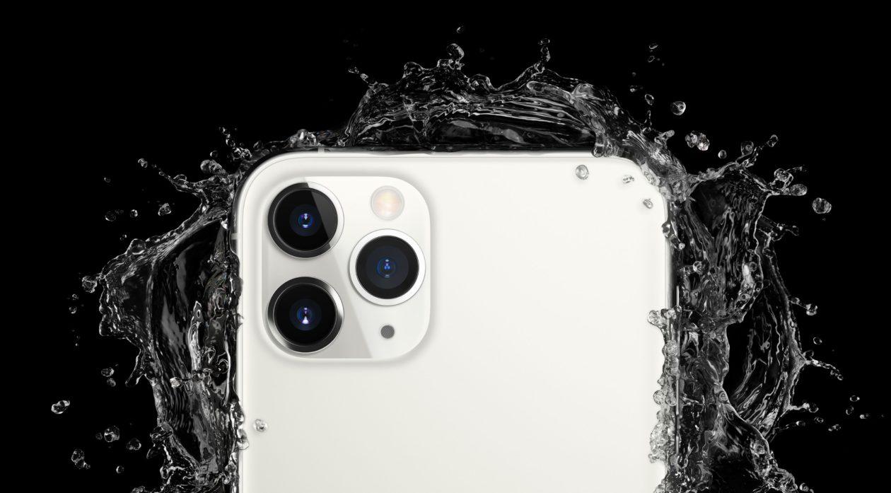 iPhone 11 Pro Max prateado com água explodindo à sua volta