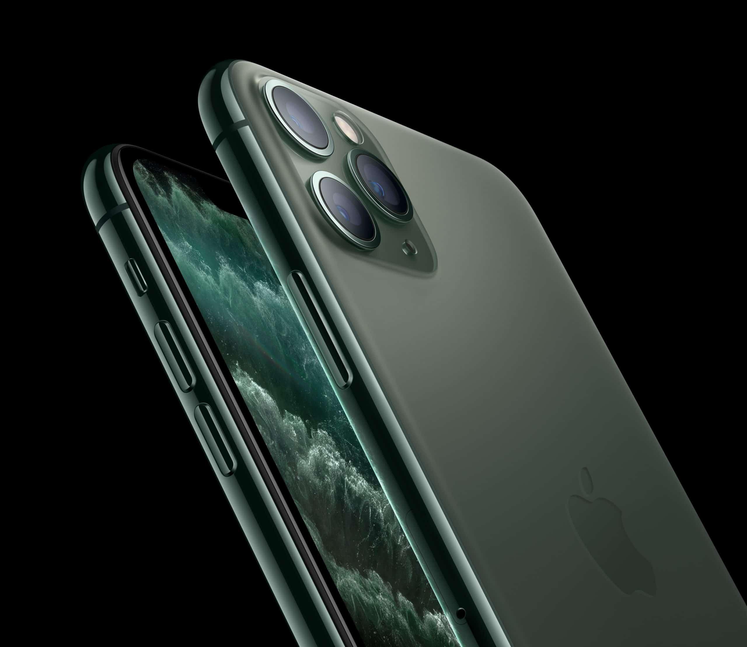 iPhone 11 Pro Max na cor verde meia-noite inclinado na diagonal
