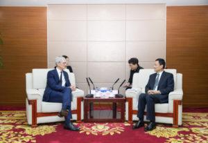 Tim Cook e regulador chinês Xiao Yaqing