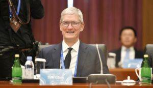 Tim Cook como líder de conselho da Universidade de Tsinghua, na China