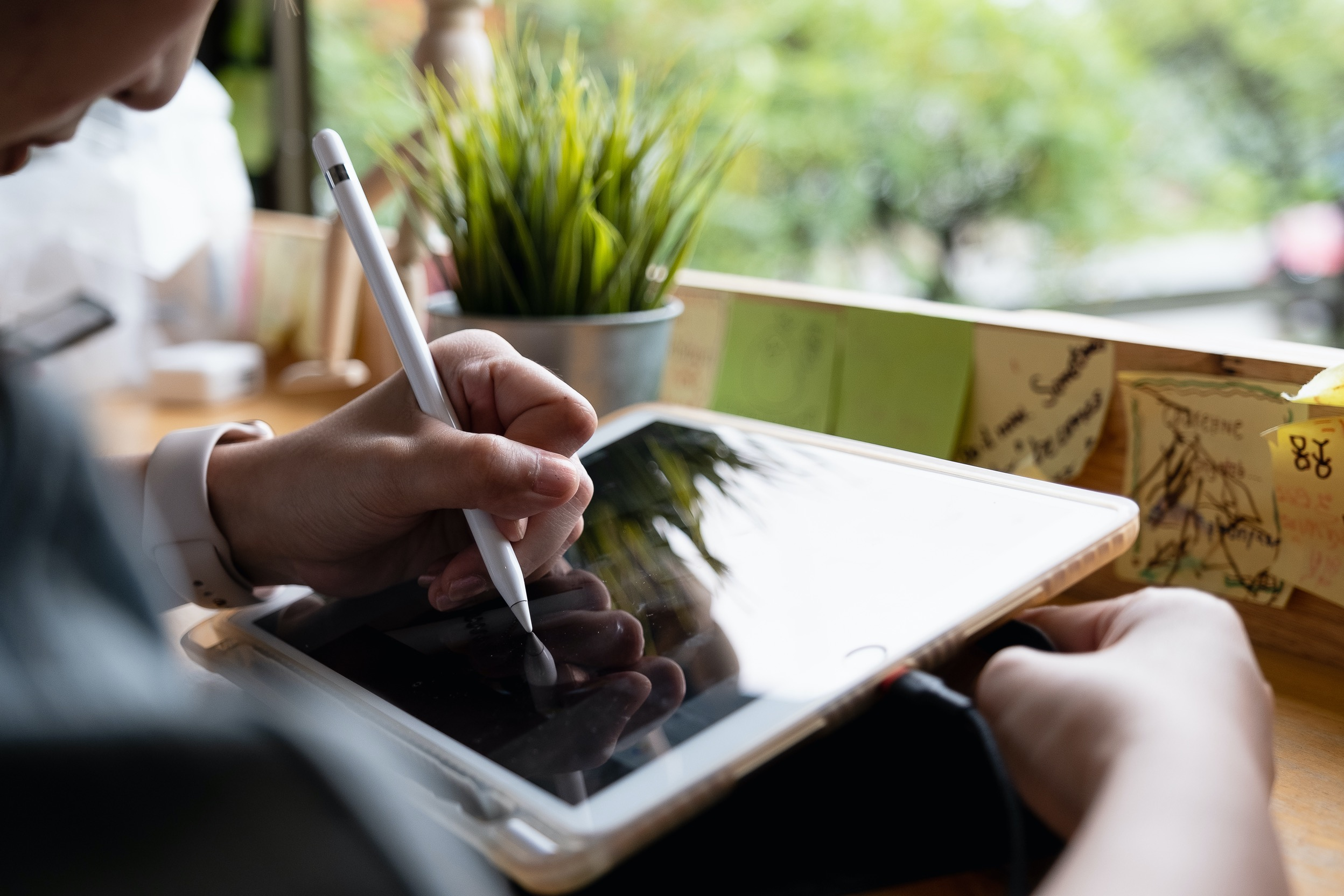 iPad sendo usado com um Apple Pencil