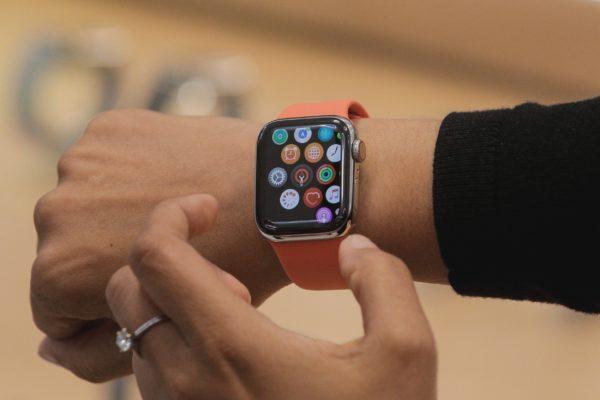 Apple Watch no pulso de uma mulher