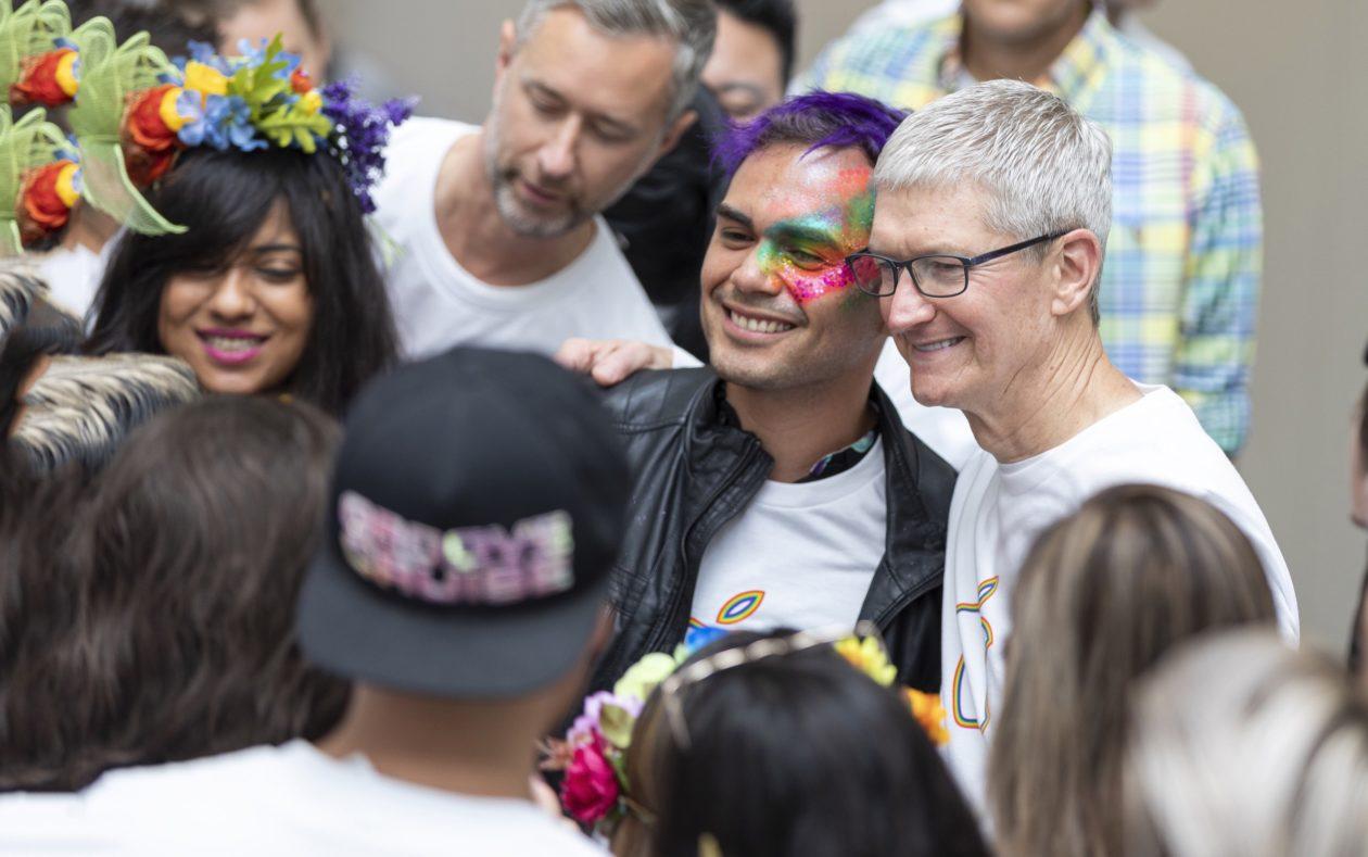 Tim Cook durante Parada do Orgulho LGBTQ em San Francisco