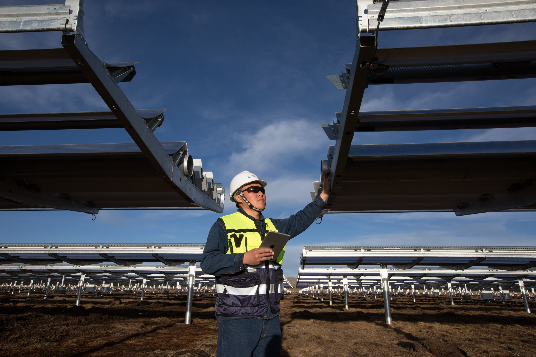 Funcionário em parque solar na China