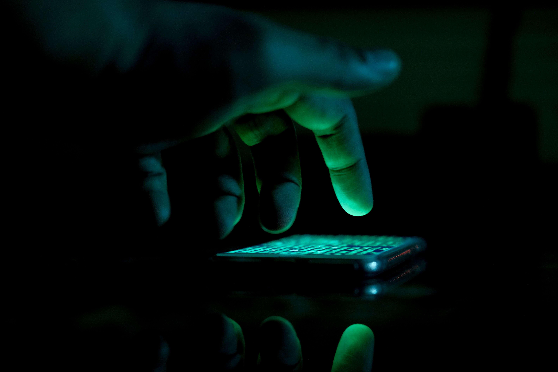 Hacker mexendo em celular