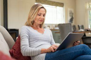 Mulher mais velha lendo em iPad
