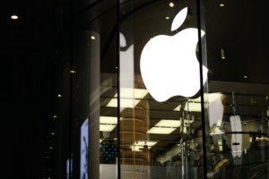 Logo da Apple à noite em loja de Xangai