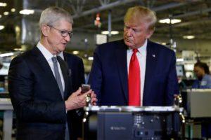 Cook e Trump em fábrica nos EUA