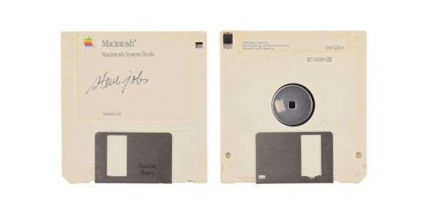 Disquete do Macintosh System Tools autografado por Steve Jobs