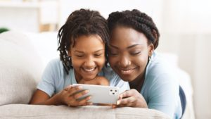Criança usando iPhone