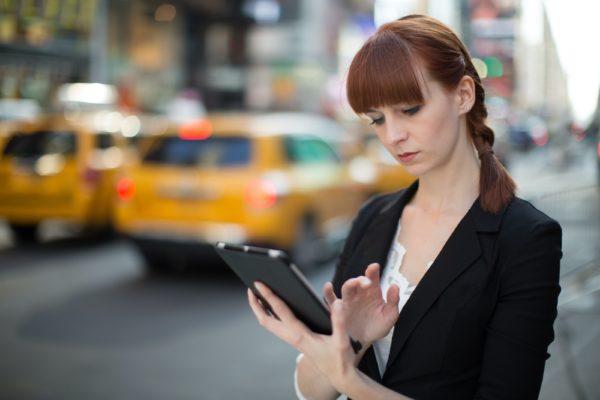Mulher usando iPad na rua
