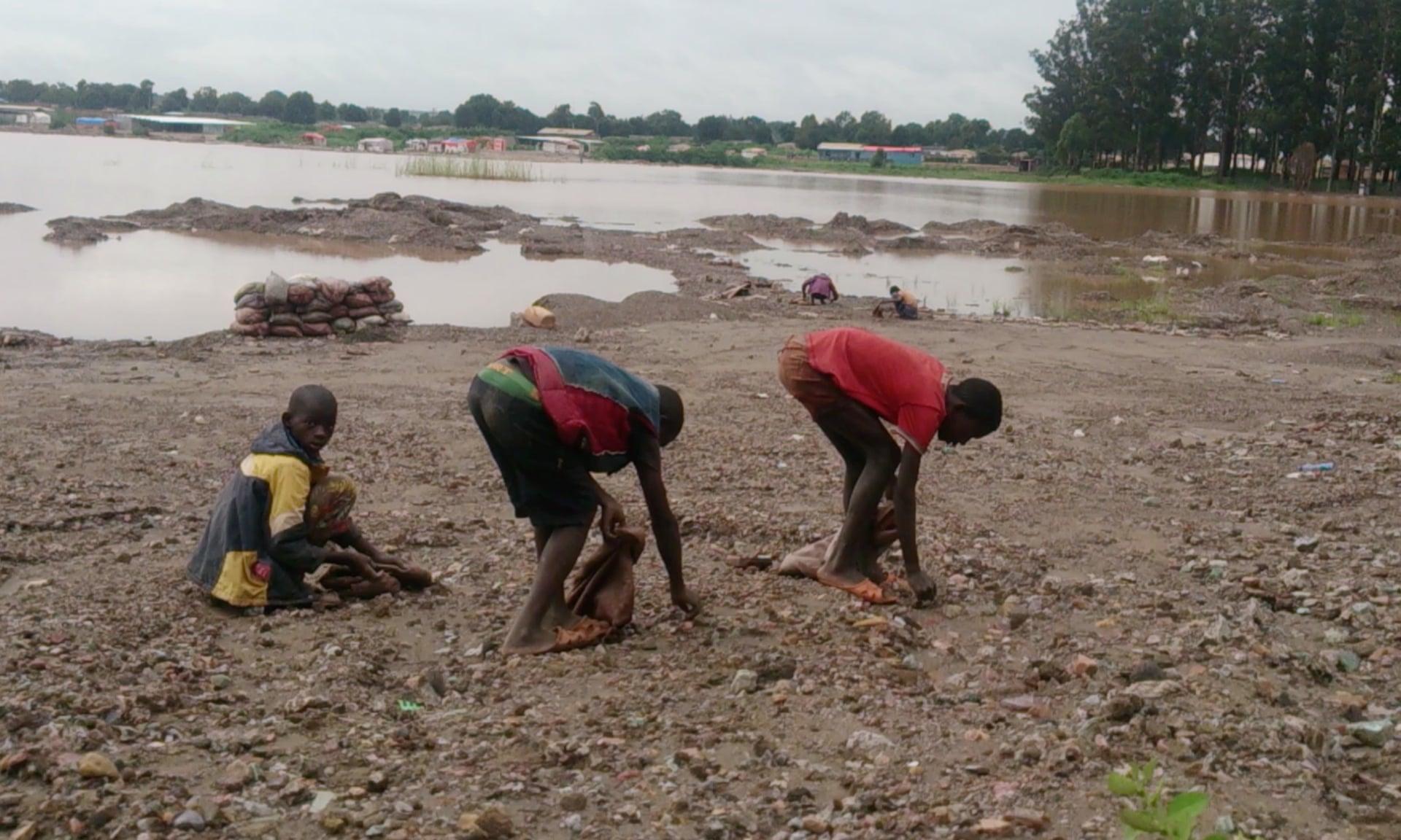Crianças trabalhando em minas de cobalto na África