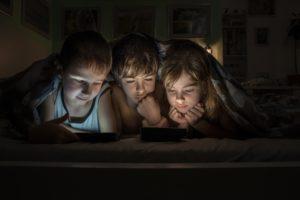 Crianças lendo em iPads