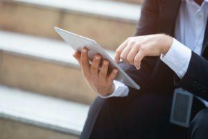 Pessoa lendo/mexendo em iPad