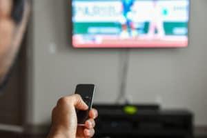 Homem usando controle remoto de Apple TV