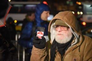 Homem em protesto envolvendo Apple e FBI