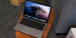 MacBook Pro sobre mesinha
