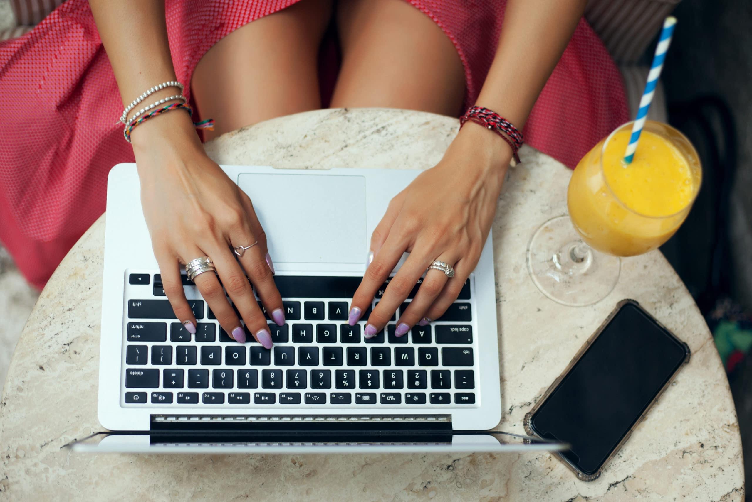 Mulher usando Mac