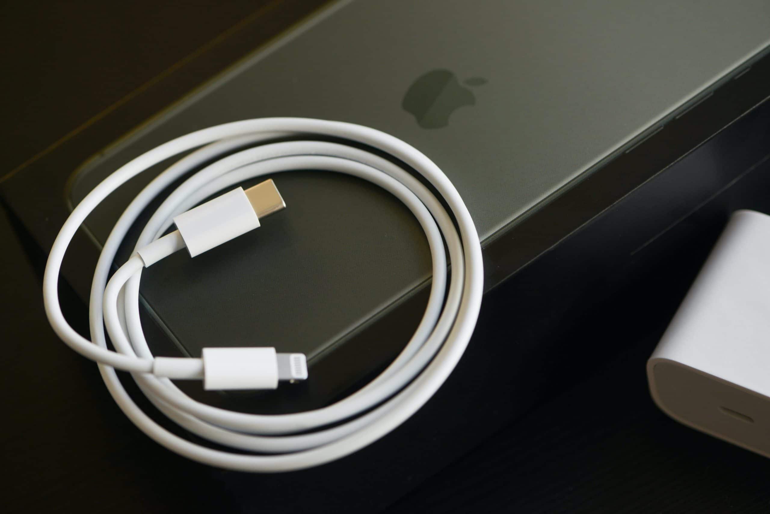 iPhone com cabo e carregador