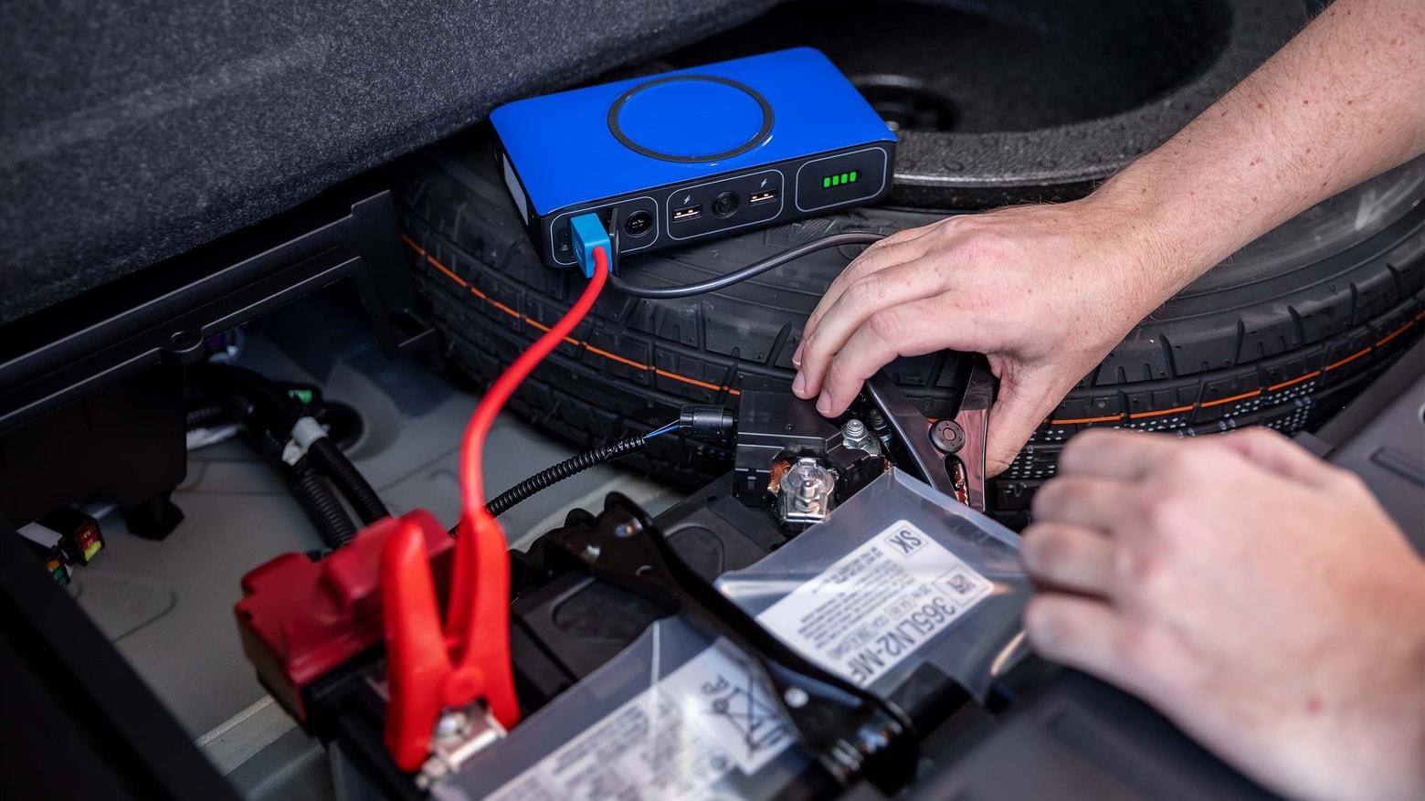 Bateria externa powerstation go, da mophie, fazendo chupeta em carro