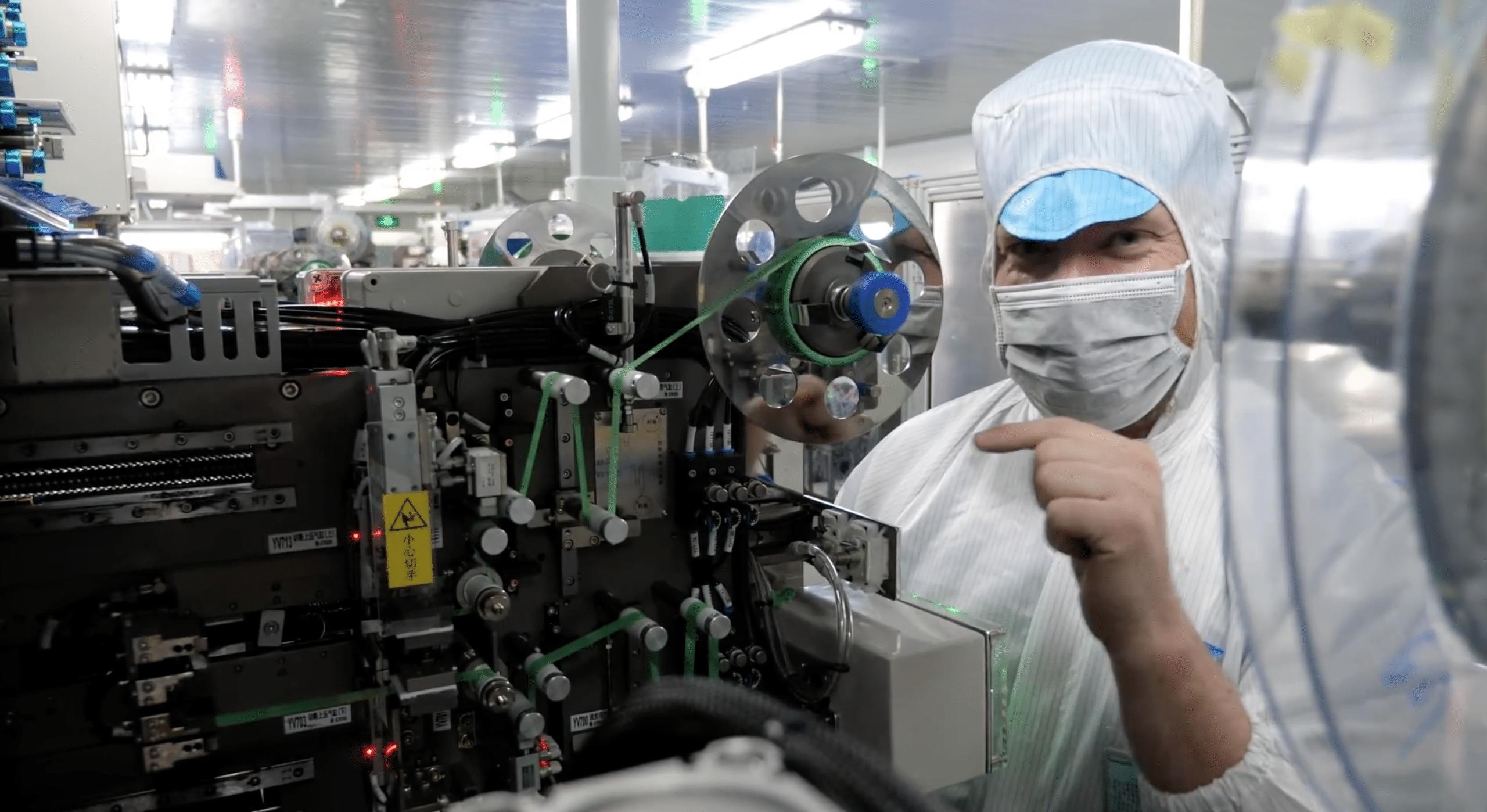 Scotty Allen em fábrica de baterias de reposição para iPhones