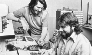 Foto clássica dos Steves Wozniak (Woz) e Jobs