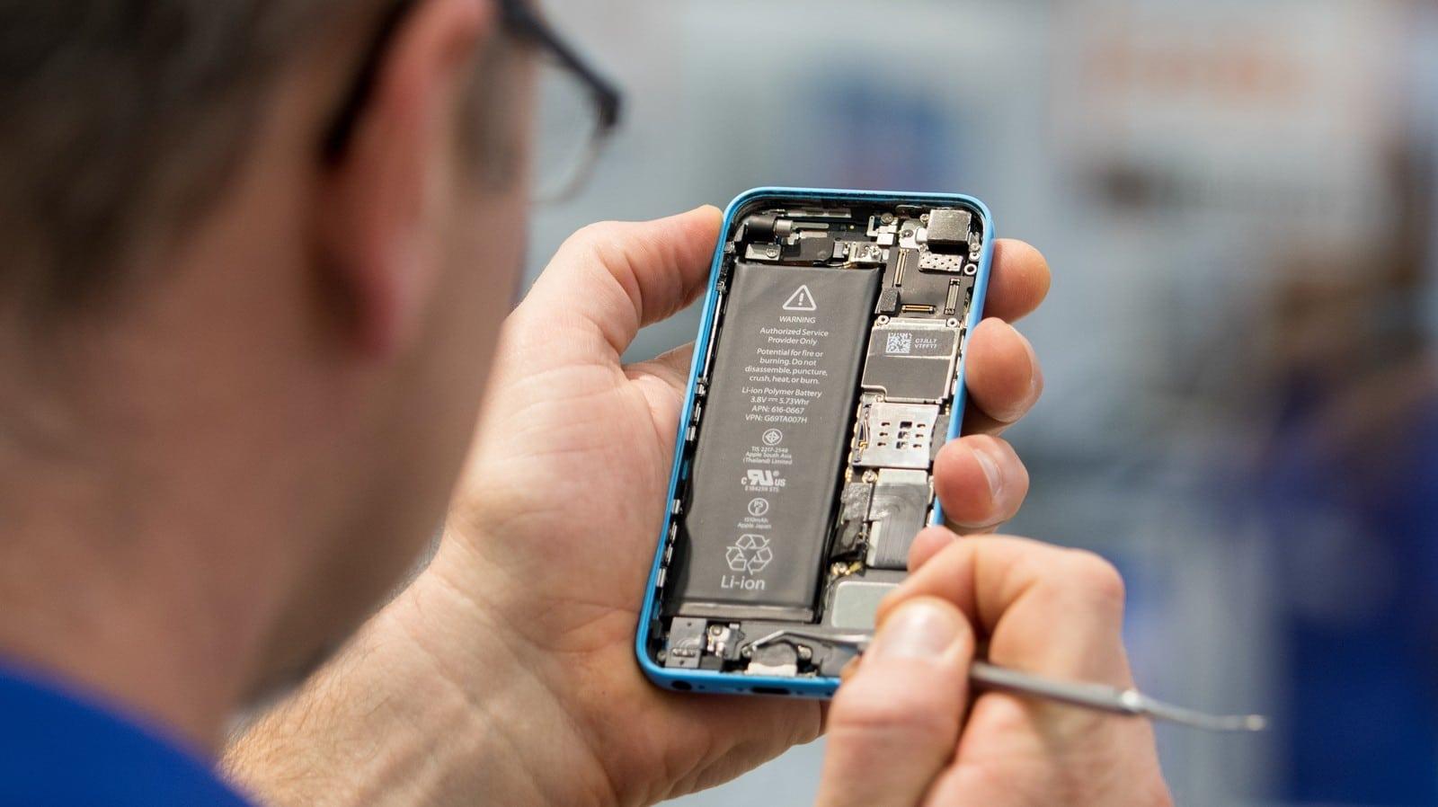 Técnico fazendo reparo em iPhone