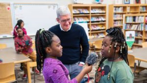 Tim Cook com estudantes do Alabama