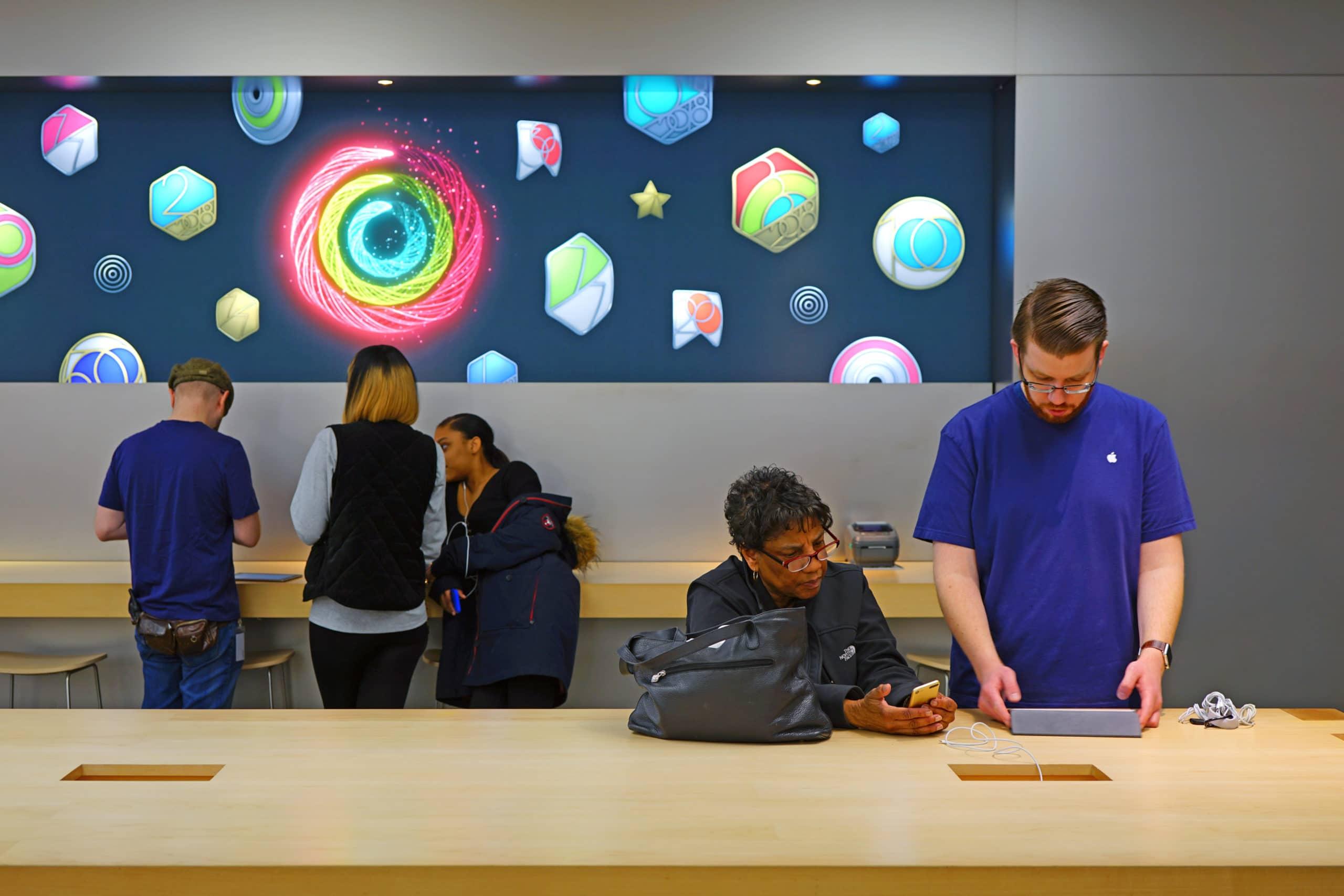 Atendimento em uma loja da Apple