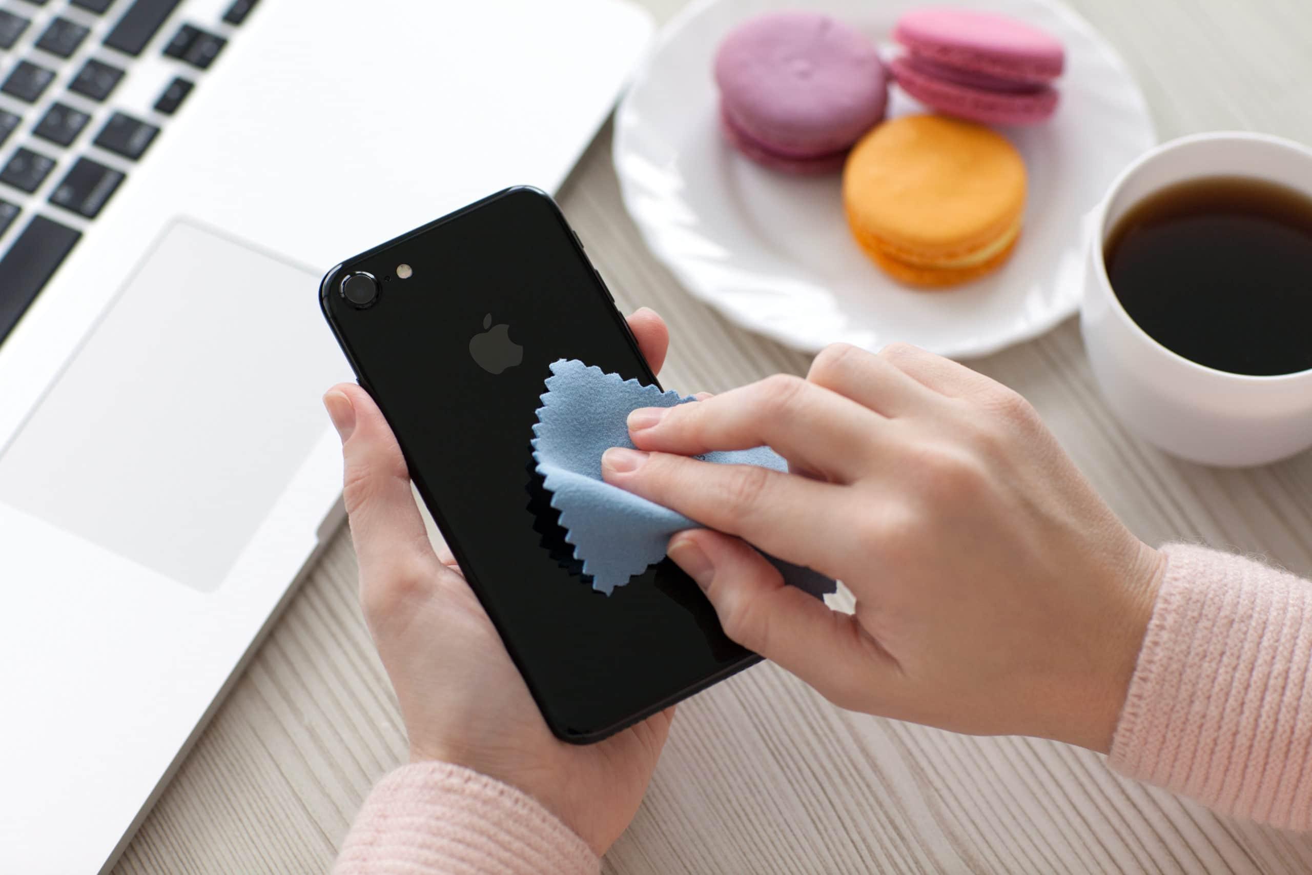 iPhone sendo limpado com paninho