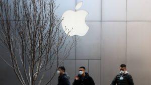 Pessoas em frente a uma Apple Store