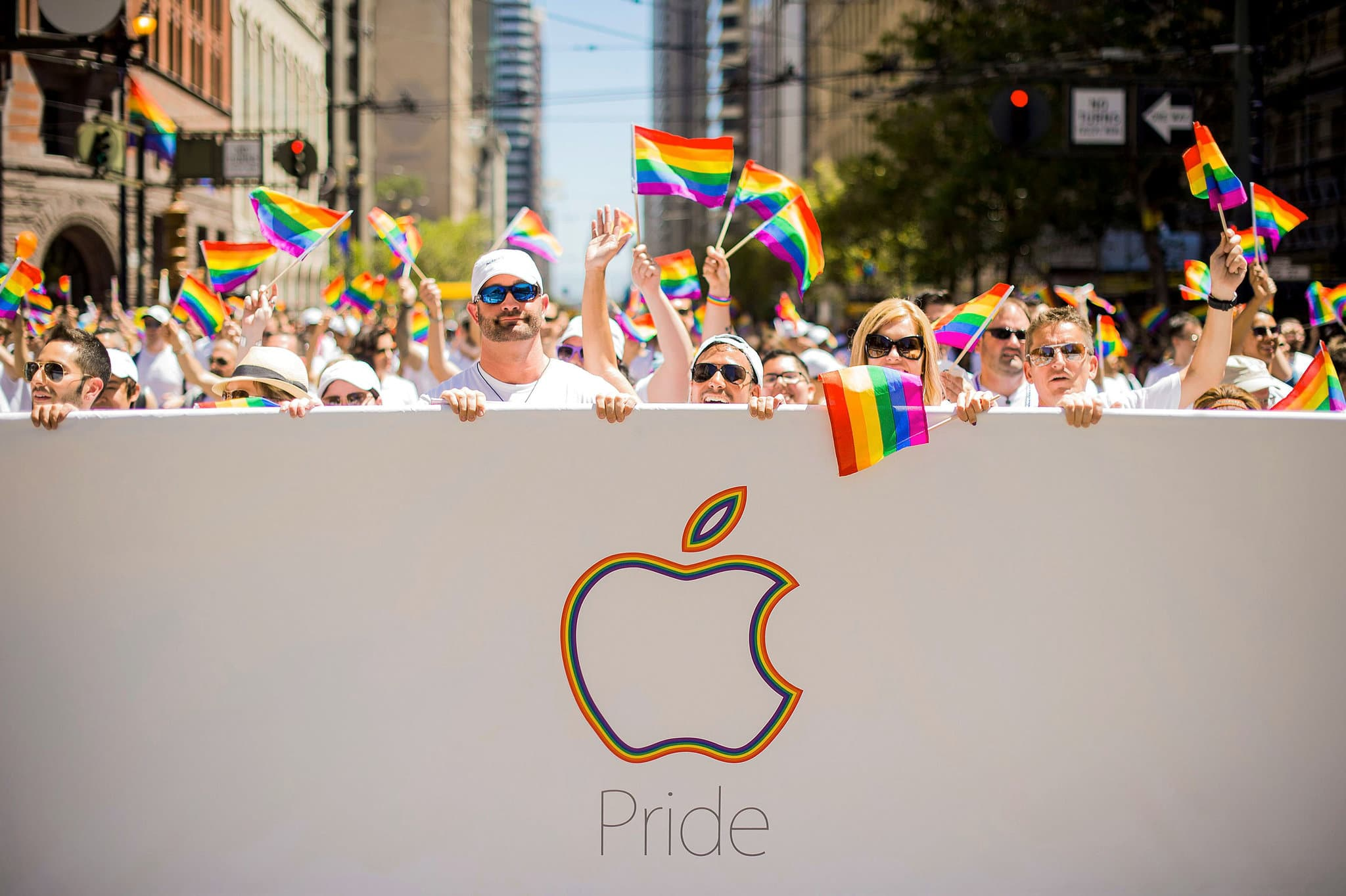 Bandeira LGBT e logo da Apple