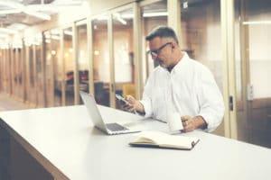Homem de negócios lendo em iPhone