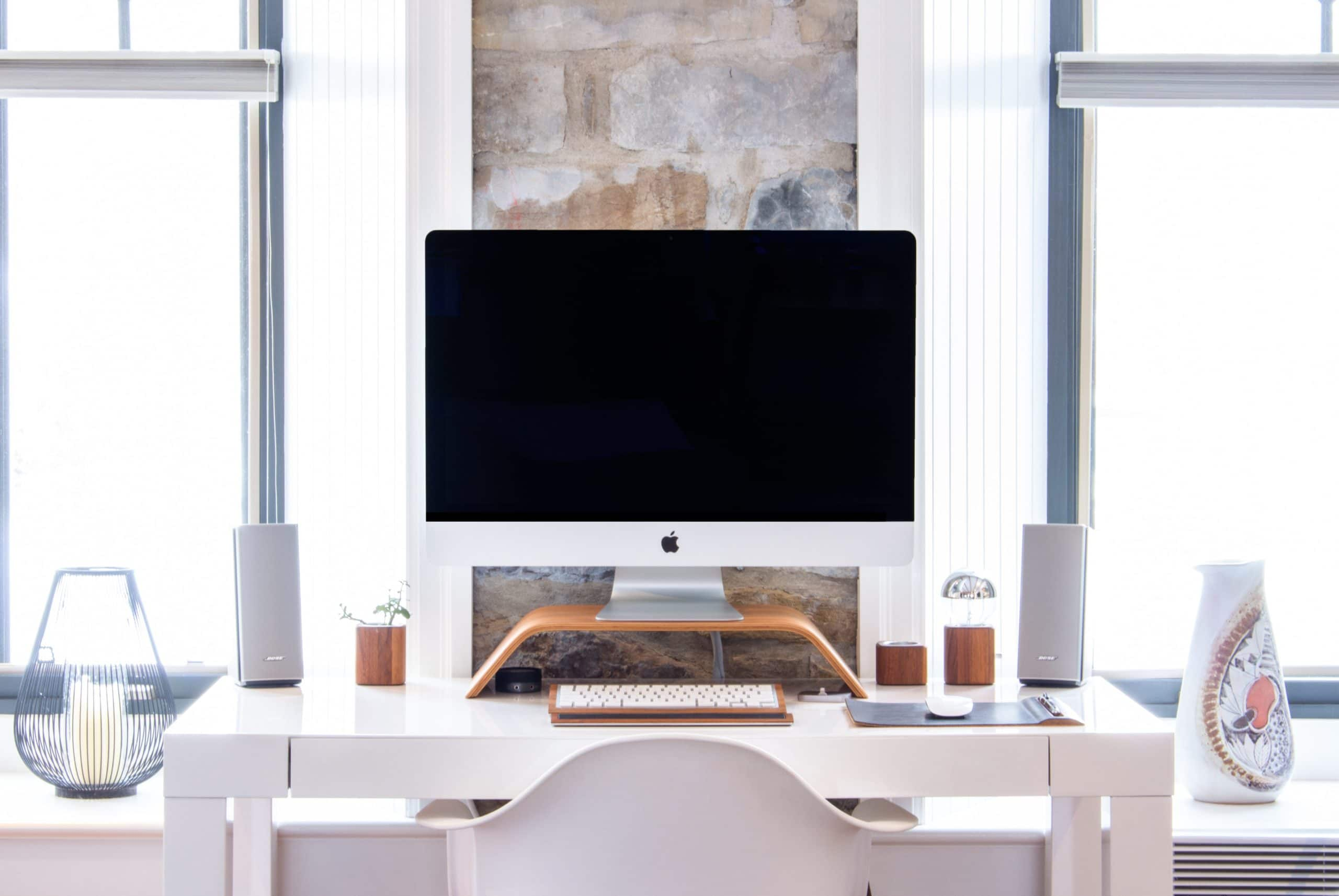 Home Office com iMac na mesa