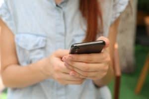 Mulher usando um iPhone X