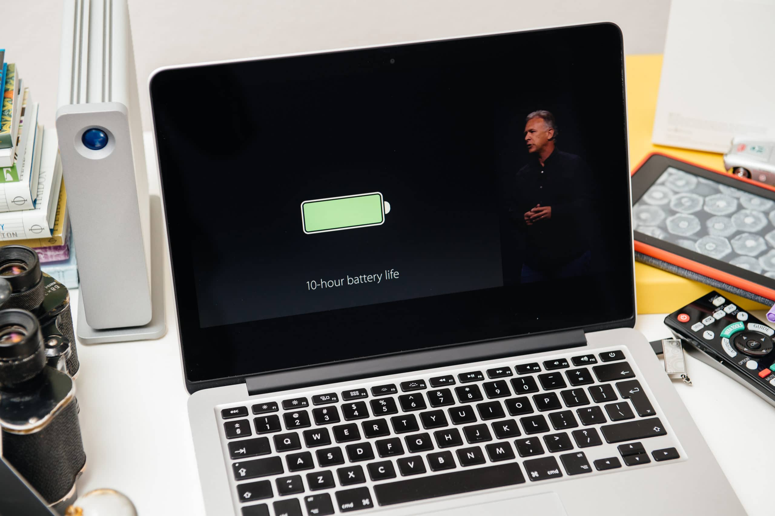 MacBook Pro mostrando apresentação da Apple (destaque para bateria)