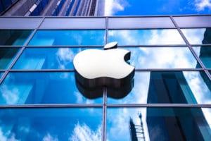 Logo da Apple visto de baixo