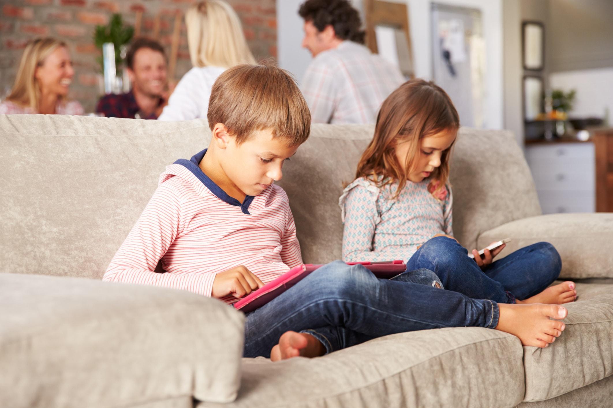 Crianças usando gadgets