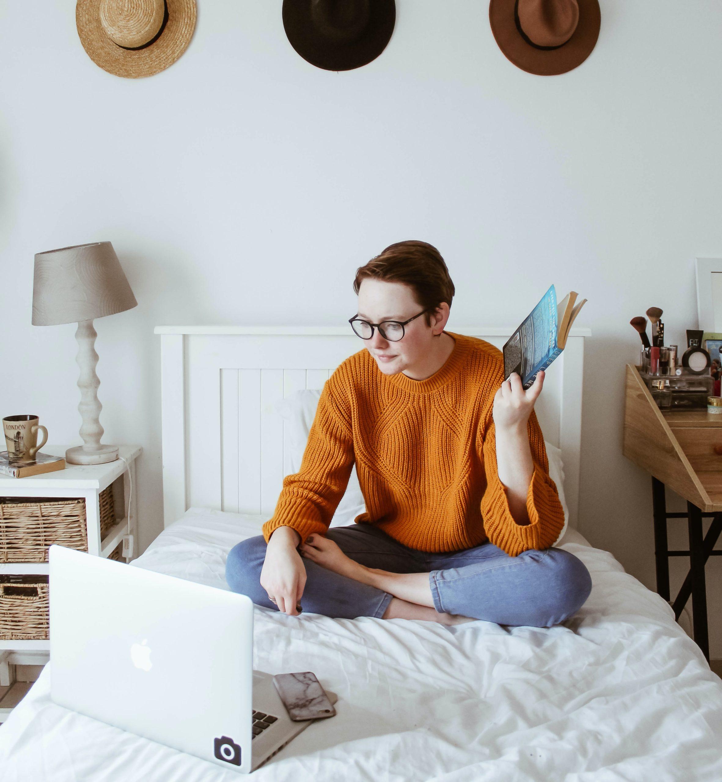 Mulher na cama com MacBook Pro