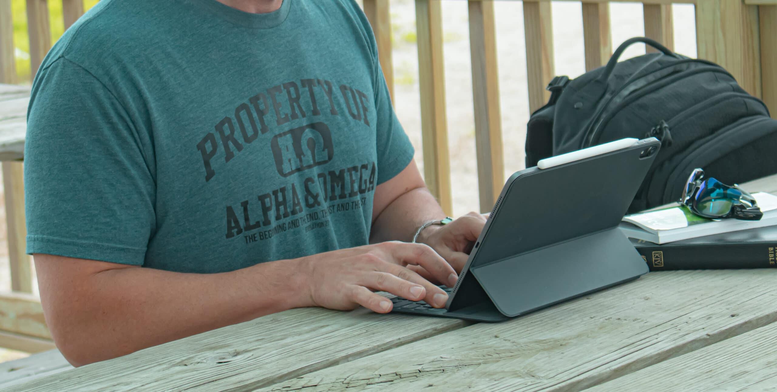 Homem lendo/trabalhando em iPad