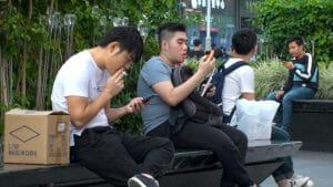 Chineses usando smartphones
