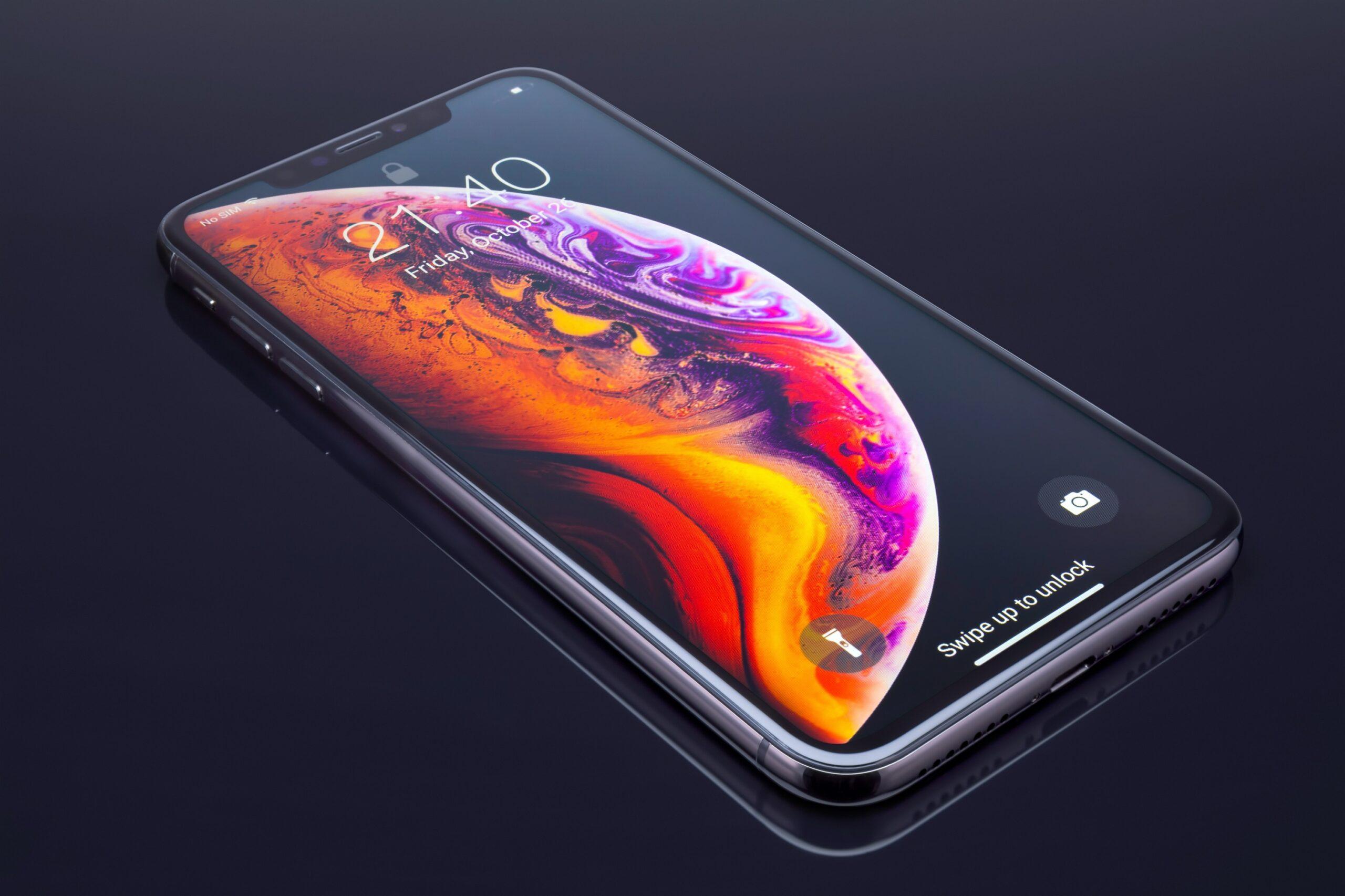 iPhone XS Max inclinado sobre um fundo preto