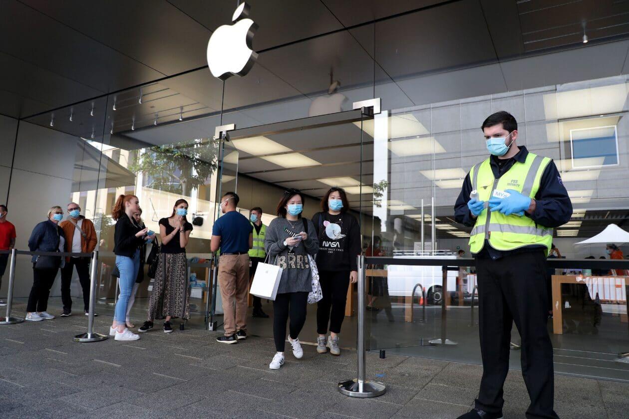 Pessoas com máscara numa Apple Store