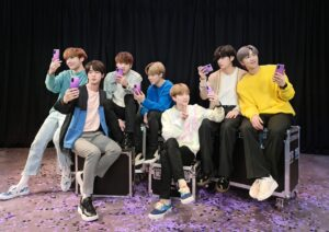 Banda BTS usando Galaxy S20+ BTS Edition