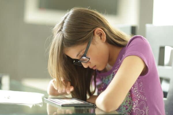 Menina lendo em iPad