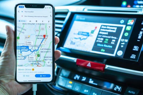 iPhone com GPS e CarPlay