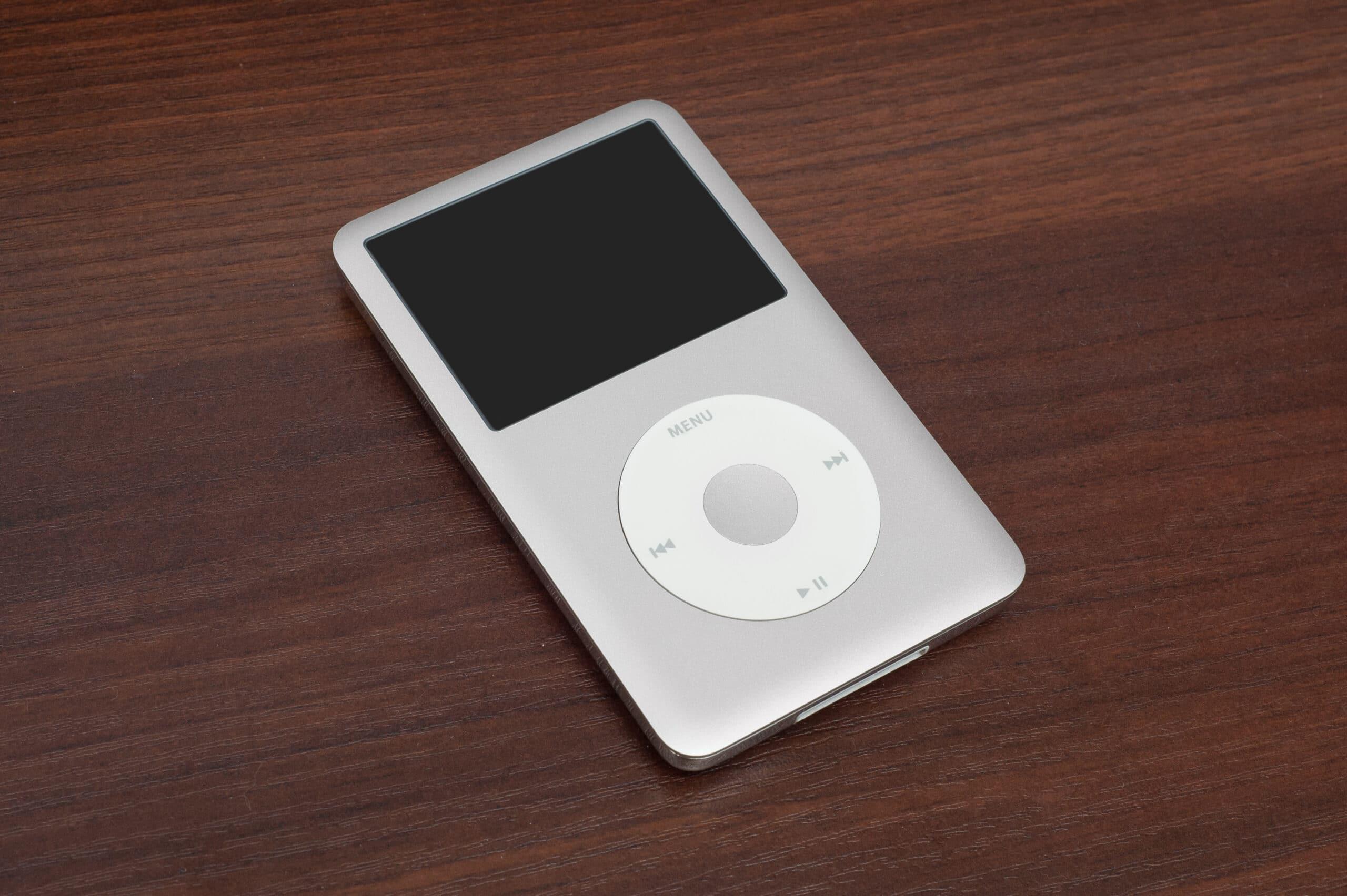 iPod classic prata sobre uma mesa