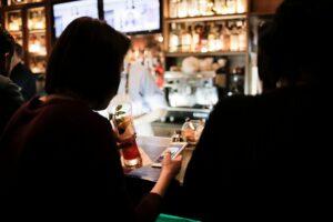 Pessoas num bar usando smartphone