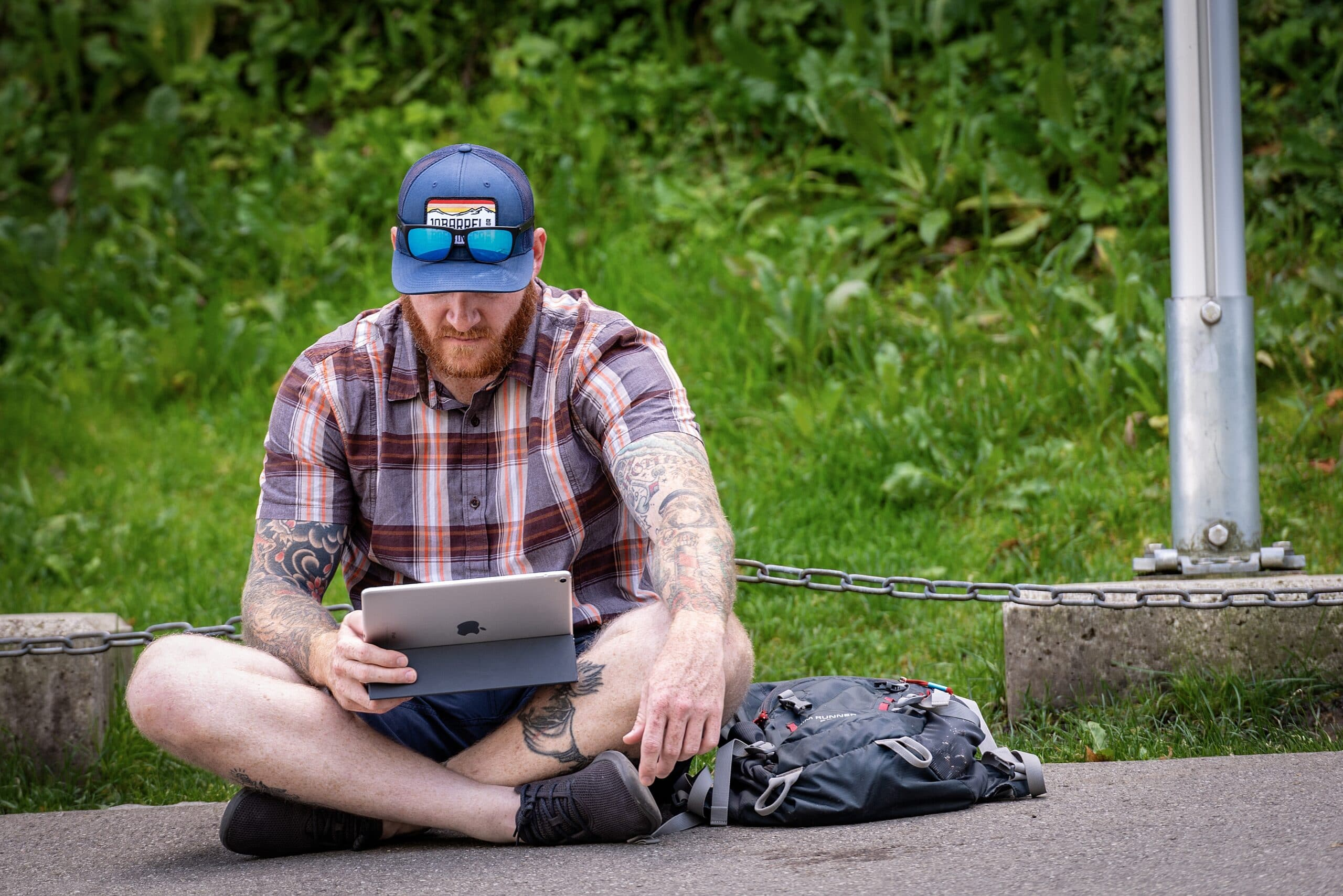 Homem lendo em iPad