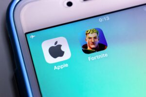 Ícones da Apple e de Fortnite num iPhone